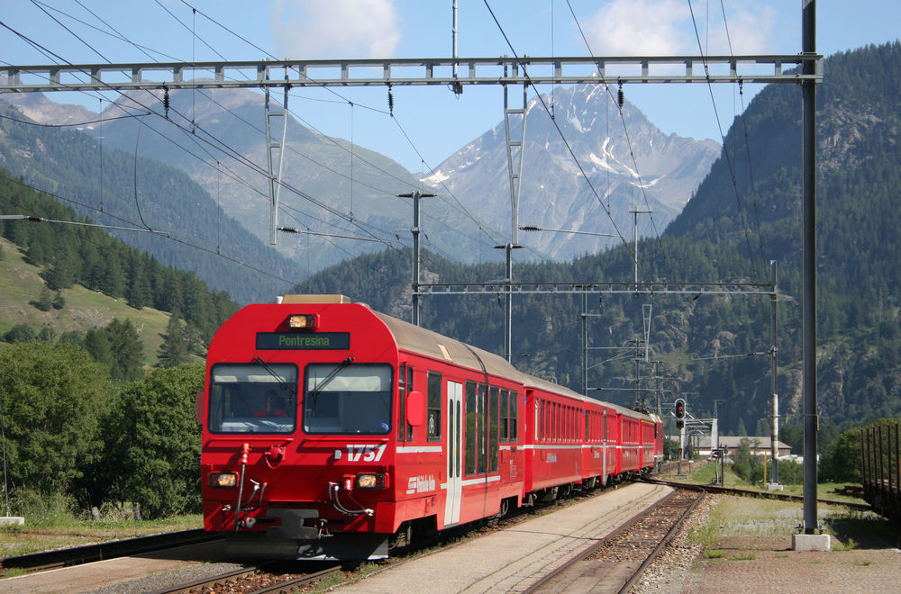 Scenic Swiss train on the Pontresina Line  #pontresinatrain #redtrain #swissrailway