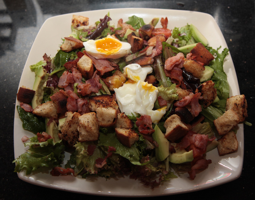 Crispy bacon salad with poached eggs and croutons Egg recipe
