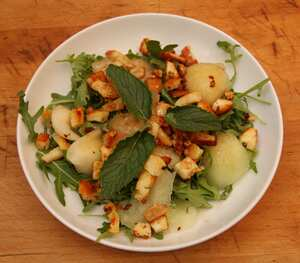 Melon salad with grilled halloumi cheese croutons
