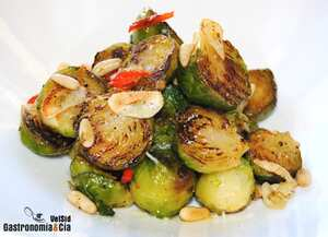 Brussels sprouts with pine nuts, garlic and guindilla peppers