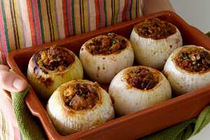 Basal mahchi (Stuffed onions)