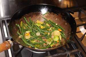 Green beans with garlic and sweet peppers