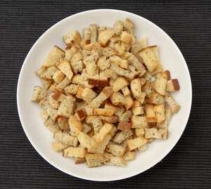 Making crispy croutons for salads